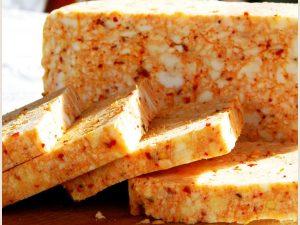 Polutvrdi punomasni sir sa dodatkom ljute tucane začinske paprike 500 gr